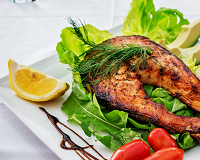 Bramborový salát s avokádem a lososem